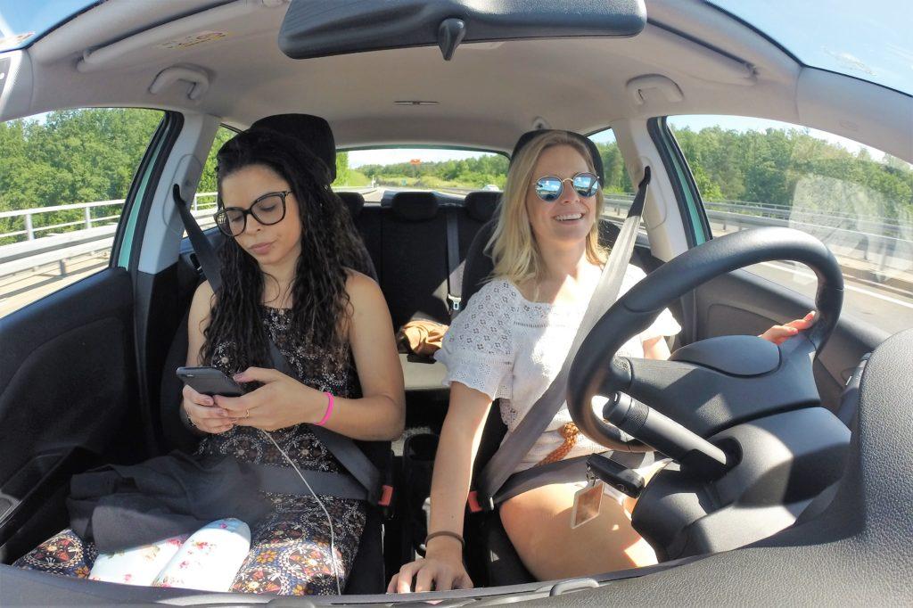 Olha a folga da amiga me fazendo de motorista
