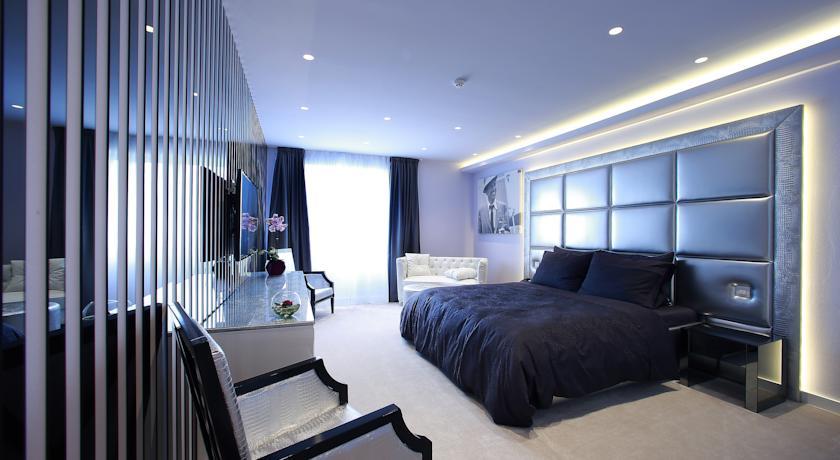 Um dos belos quartos do Hotel 9