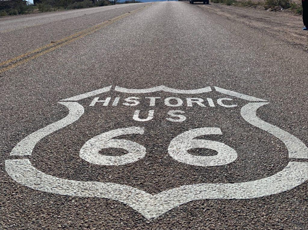 simbolo rota 66 no asfalto kingman
