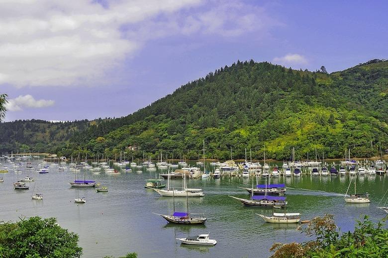 barcos no mar de ilha grande, cidade que faz parte da costa verde.